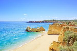 Der Praia da Rocha bei Portimao an der Algarve in Portugal